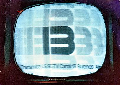 Imágen de Canal 13 de Buenos Aires, recibida en Montevideo en la década del 70, antes de la era color. (Foto Horacio Nigro, colección particular)