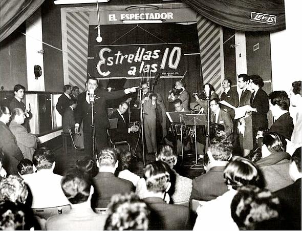 Julio Sosa en la fonoplatea de la radio El Espectador. 31 de agosto de 1960_Foto_archivo radio El Espectador